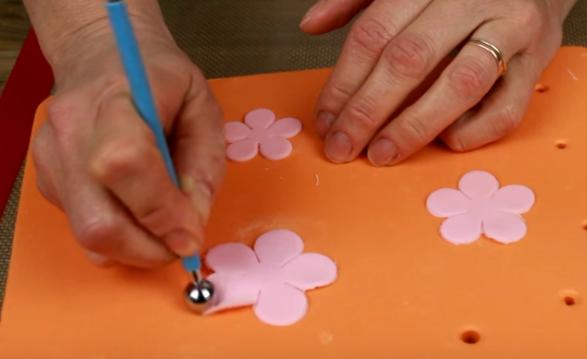 Украсить паску своими руками можно разными элементами