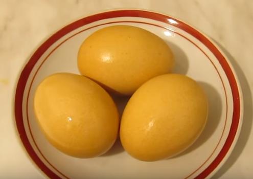 Яйца, покрашенные куркумой