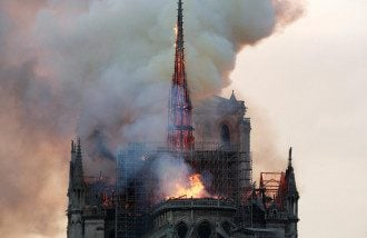 Собор Парижской Богоматери охвачен огнем / Reuters