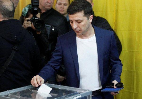 Владимир Зеленский пришел голосовать вместе с супругой Еленой