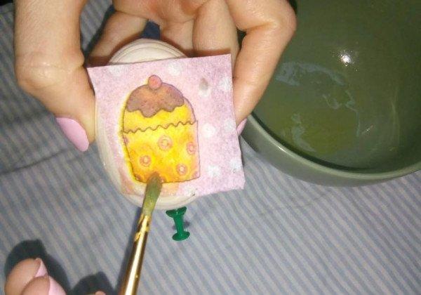 Пасхальные яйца своими руками из салфеток несложно сделать