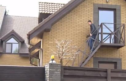 Журналисты выяснили, что в дом Павла Пинзеника злоумышленники попали через окно