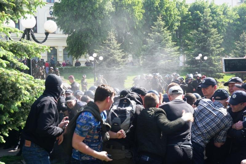 В Черновцах противники ЛГБТ подрались с полицейскими