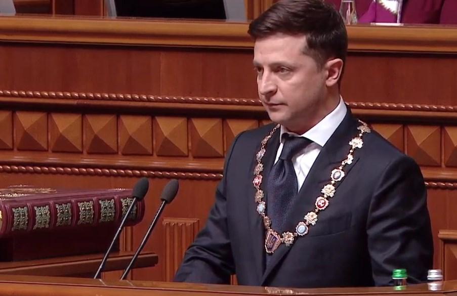 Во время инаугурации упало президентское удостоверение Зеленского: видео
