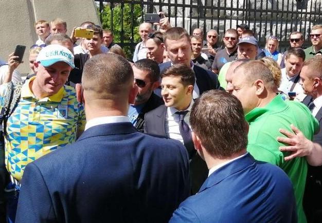 Владимир Зеленский прибыл на Банковую в окружении своих сторонников
