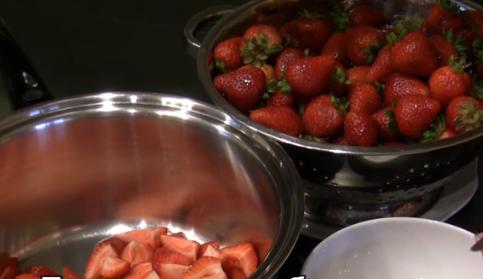 Этапы приготовления густого клубничного варенья