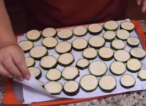 Этапы приготовления пикантных хрустящих кабачков