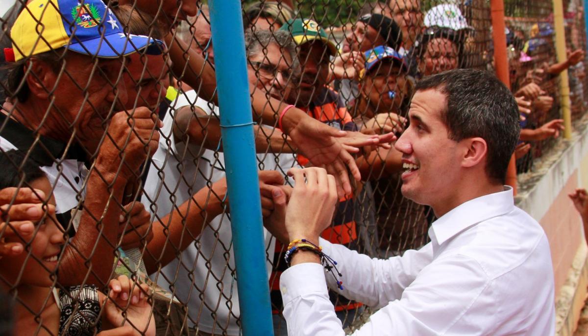 Лидер оппозиции Венесуэлы Гуайдо , которого многие страны признали законным временным правителем страны, принимает участие в митинге в Баркисимето