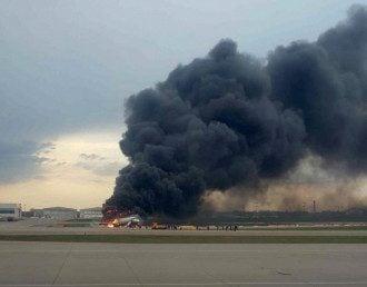 Самолет загорелся после жесткой посадки, инициированной пилотом / Reuters