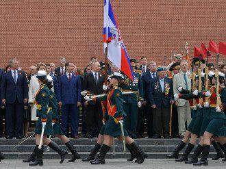 Владимир Путин и Дмитрий Медведев на параде на День Победы 9 мая в Москве