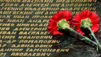 Гвоздики, которые возлагали днем в память о павшим в войне, вечером стали объектом шутки / Фото: УНИАН