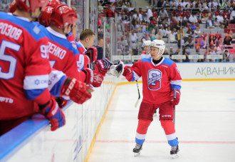 В Сети прокомментировали падение Владимира Путина на хоккейном матче