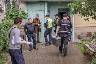 Соседи вызвали спасателей после того, как услышали на площадке трупный запах / Фото: Информатор