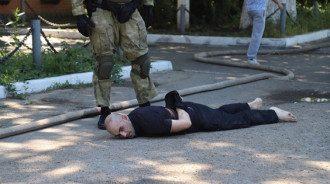 Полиция задержала несколько людей. По одной версии, это участники побега, по другой - люди, пришедшие под колонию протестовать против действий администрации исправительного учреждения