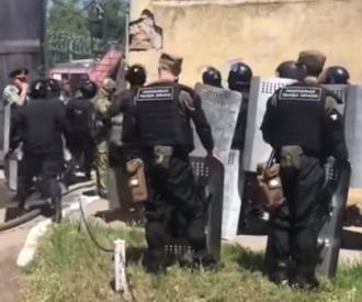 Побег из колонии в Одессе — В результате бунта в одесской колонии пострадали и обратились к медикам пятеро сотрудников исправительного учреждения, сообщили в полиции