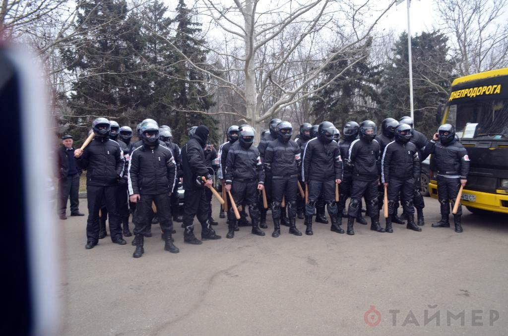 19 февраля 2014 титушек с битами привезли к стенам Одесской ОГА на рейсовых автобусах