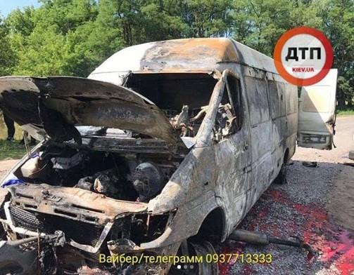 После ДТП микроавтобус подожгли / dtp.kiev.ua