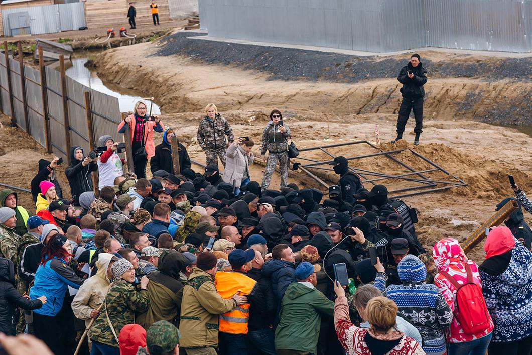 Столкновение ОМОНа с экоактивистами на станции Шиес