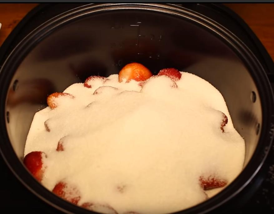 Клубничное варенье в мультиварке варится 1 час