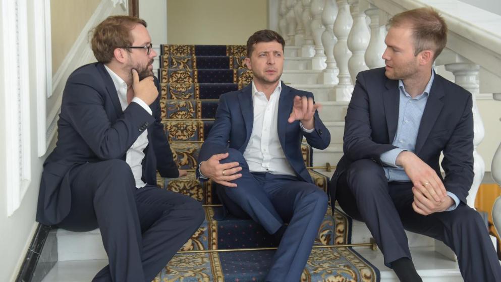 Репортеры Bild Пол Ронхаймер (слева) и Джулиан Ропке берут интервью у Владимира с Зеленского
