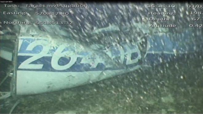 Обломки частного самолета под водой