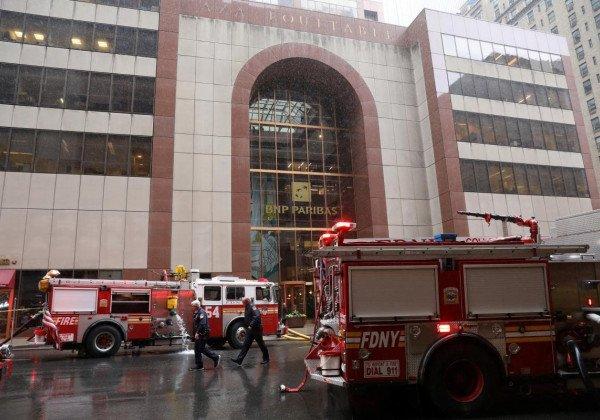 В Нью-Йорке вертолет упал на крышу небоскреба