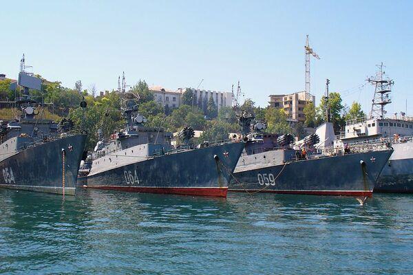 Россия через Крымский мост направила военный корабль к берегам Украины: что известно