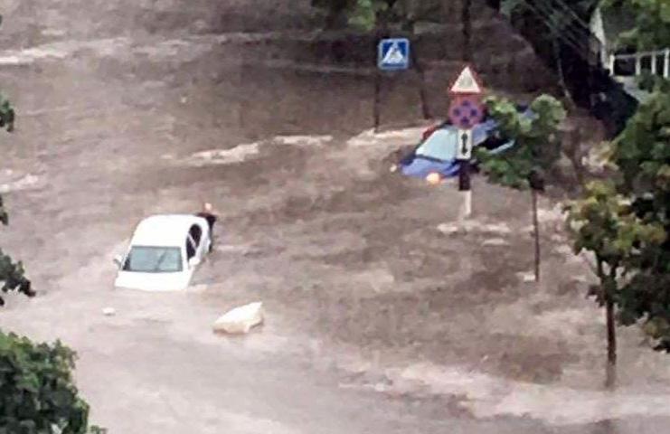Многие дороги иулицы Киева оказались затоплены