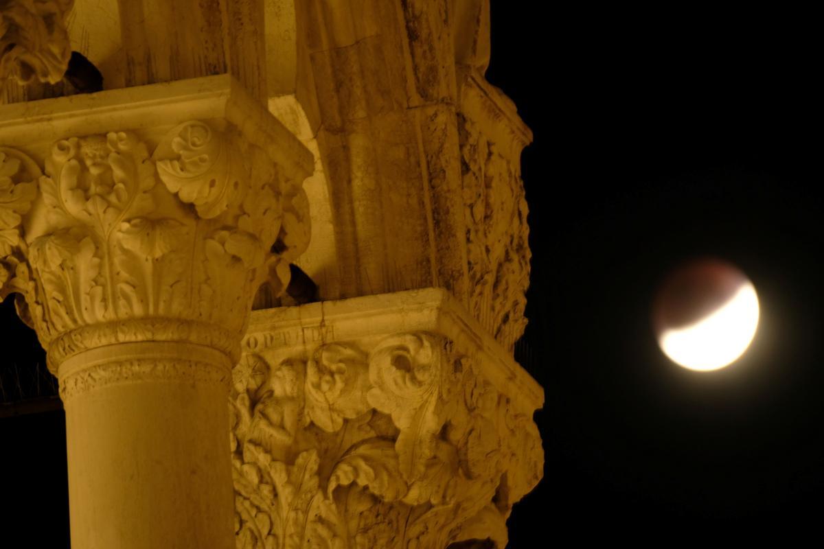 Частичное лунное затмение в итальянской Венеции