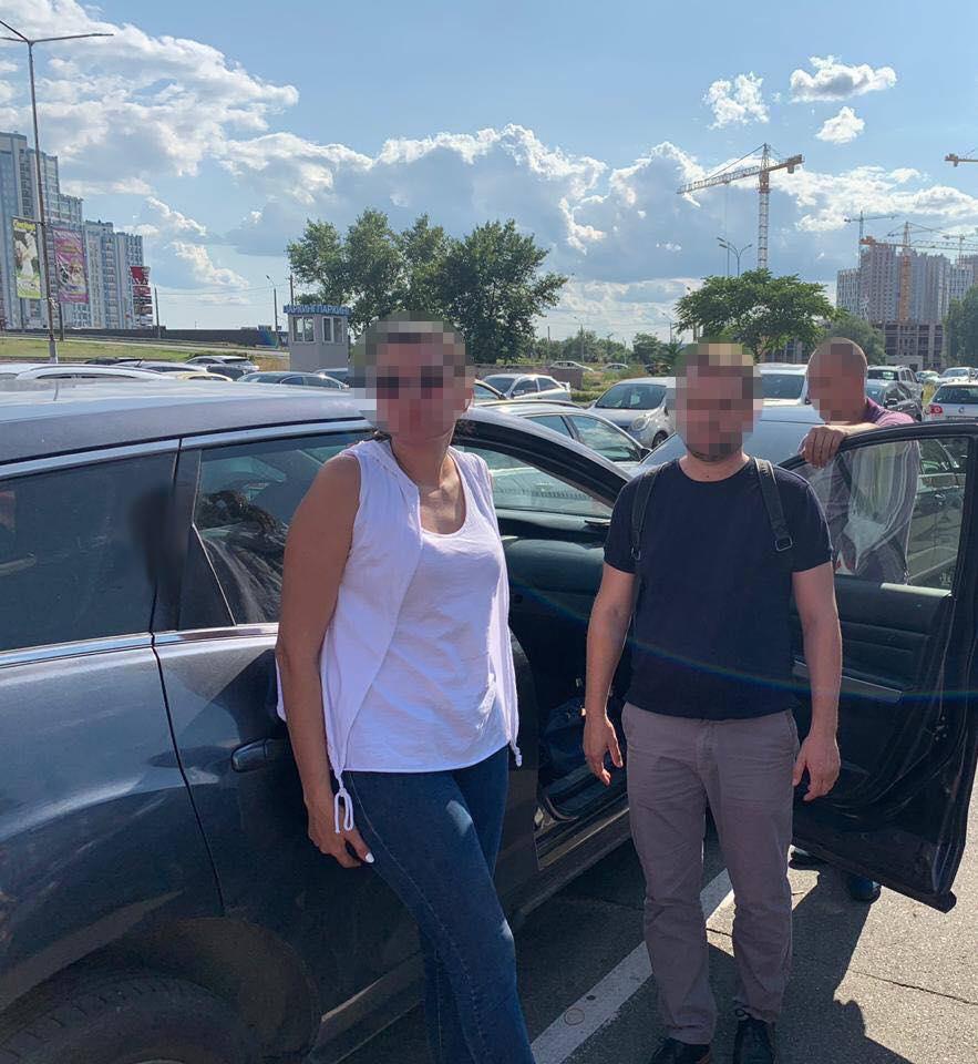Советница главы Дарницкой РГА и ее сообщник погорели на крупной взятке