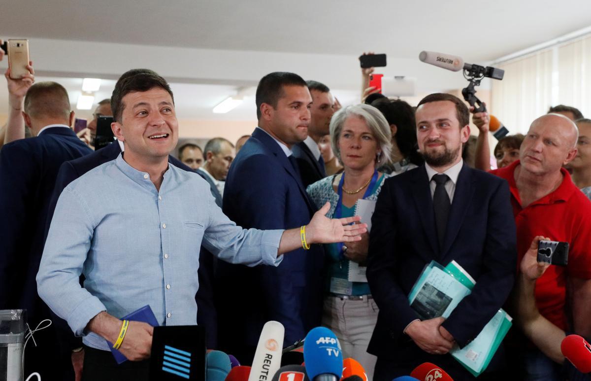 Владимир Зеленский пришел голосовать вместе с женой Еленой