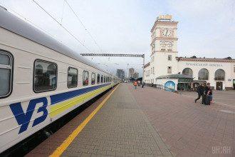 У поїзді до столиці пасажир впав з верхньої полиці, а пізніше помер