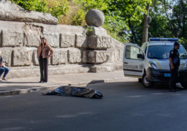 В Киеве мужчина прыгнул с