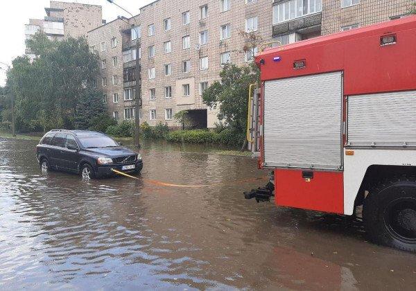 В Ровно был ливень, подтоплены улицы и дома