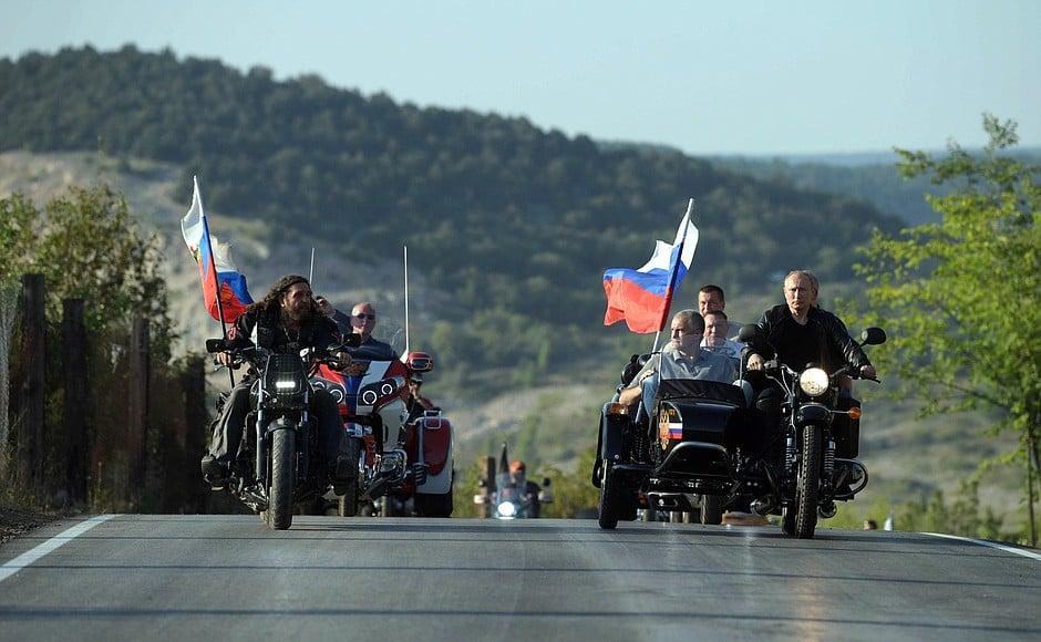Путин  в Крыму покатал на мотоцикле  Аксенова и Развожаева, МИД Украины осталось недовольно