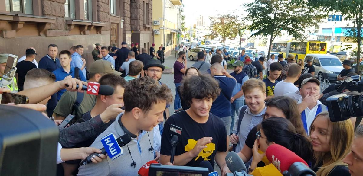 Под зданием ГБР заметили детей Порошенко