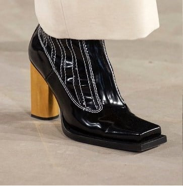 В моду вернулся квадратный носок из 90-х и 60-х