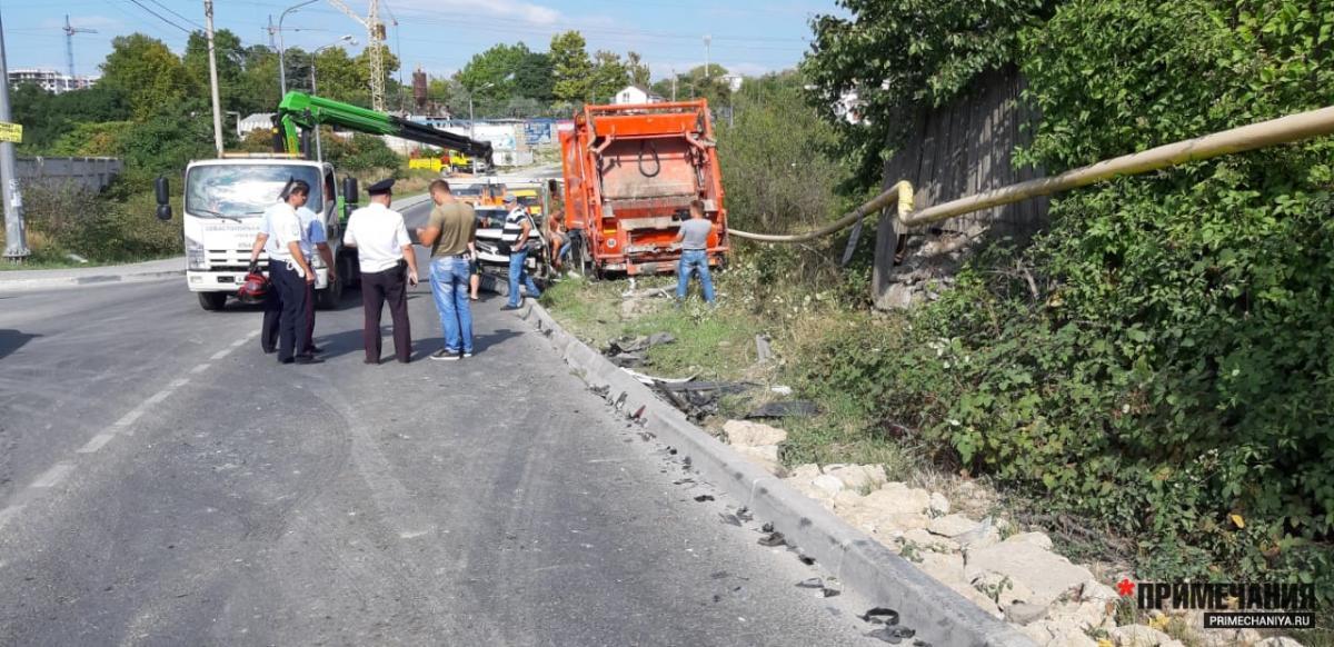 ДТП в Севастополе: мусоровоз проторанил 15 легковушек