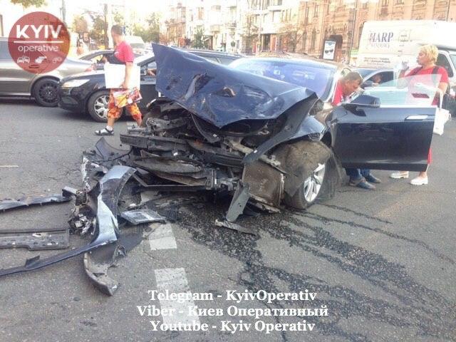 В Киеве Range Rover после столкновения с Tesla бросило на пешеходов