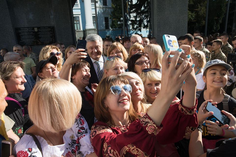 Порошенко проигнорировал марш Зеленского