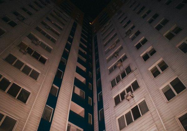 В Киеве девушка выпала из окна многоэтажки и погибла