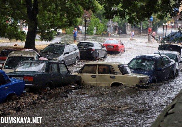 В Одессе поток воды снес припаркованные авто и разворотил ливневый коллектор