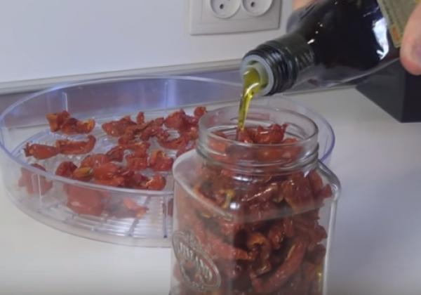 Вяленые помидоры в электросушилке готовятся 8-10 часов