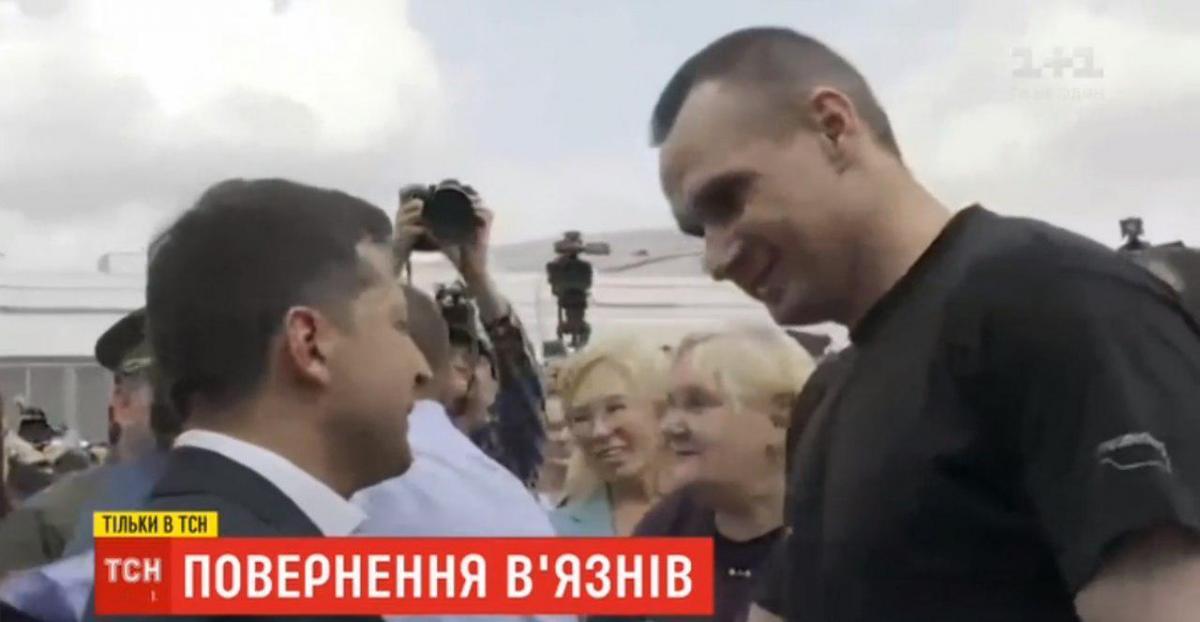 Зеленский пожал руку Сенцову