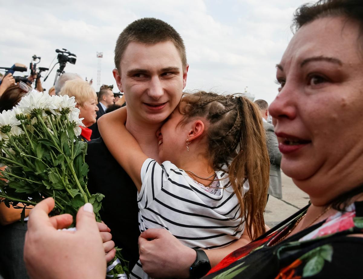 Украинские моряки и политзаключенные вернулись на родину