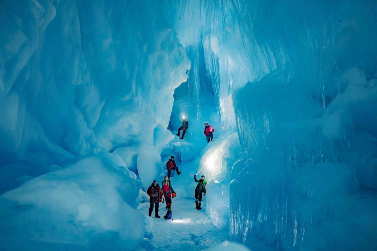 Таинственная пещера в Антарктиде