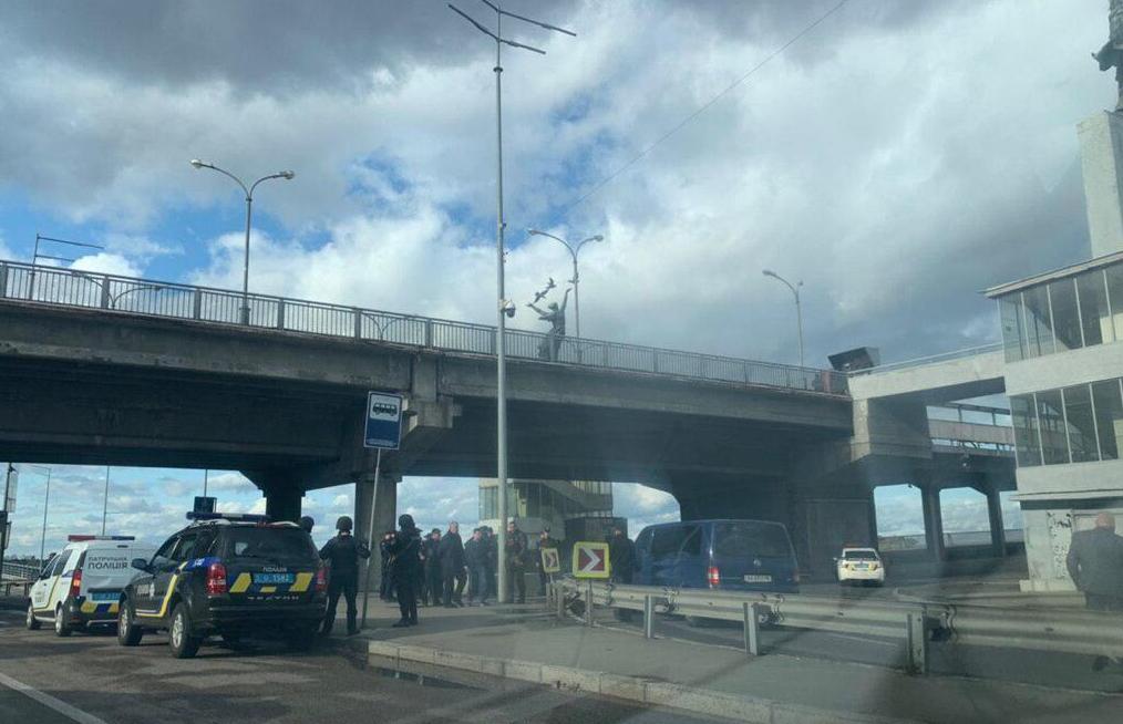 Мужчина угрожает взорвать мост в Киеве