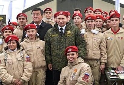 Путин позировал в красном берете