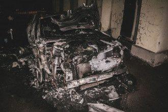 Сгоревшая машина зарегистрирована на невестку экс-главы НБУ - ее тоже зовут Валерия Гонтарева. / Фото Информатор