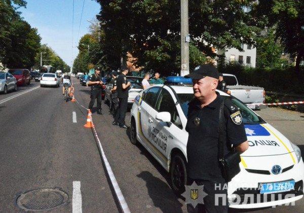 В Житомире на копов-инкассаторов напали злоумышленники в футболках с надписью